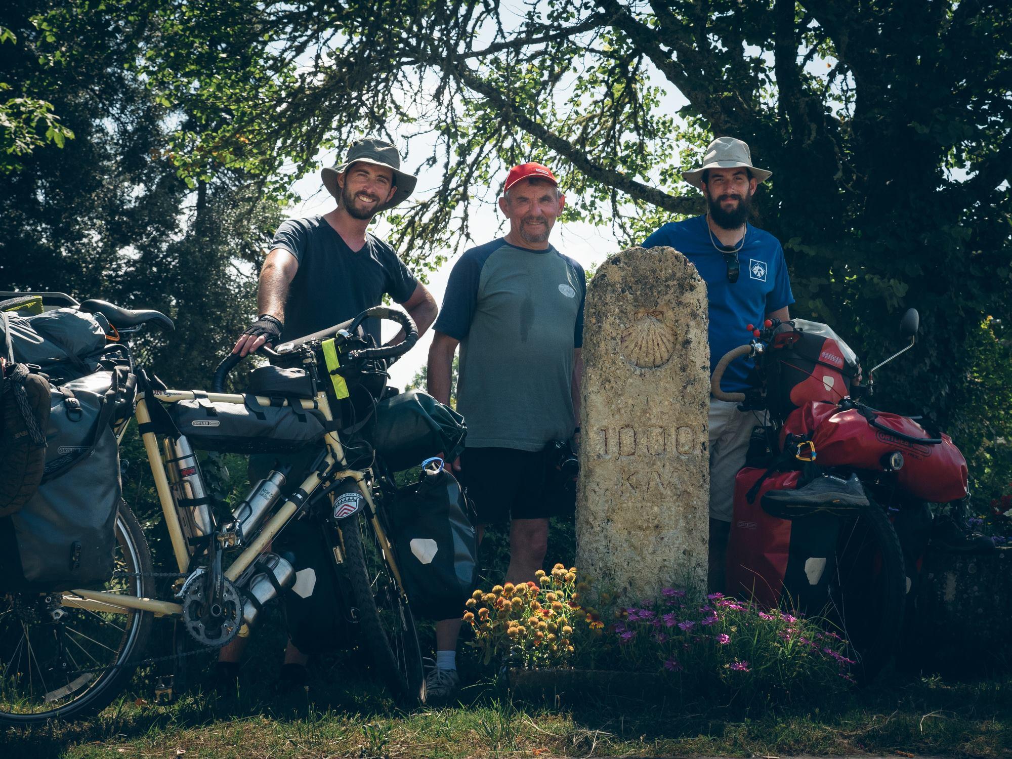 Avec Gilbert Donnet et le panneau des 1000kms avant Saint Jacques de Compostelle